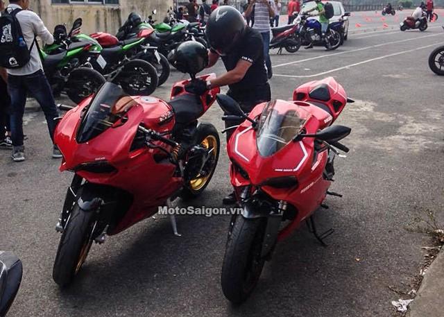 Ducati 899 Panigale phiên bản lên dàn áo đứng cạnh xe xịn (bên trái).