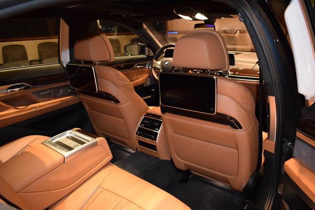 Thay vào đó, nội thất của chiếc BMW 750Li xDrive 2016 được bọc da màu nâu nhạt và đi kèm nhiều chi tiết ốp gỗ sang trọng. Những chi tiết như ghế, mặt cửa và phần dưới của bảng táp-lô đều bọc da.