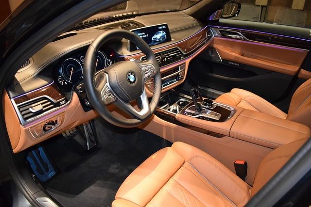Bên trong chiếc BMW 750Li xDrive 2016 còn có bộ bàn đạp M Performance thể thao hơn. Để tránh cảm giác nhàm chán, chủ nhân của chiếc BMW 750Li xDrive 2016 đã không chọn màu xám cho nội thất.