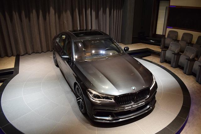 Để tăng thêm vẻ ấn tượng cho chiếc BMW 750Li xDrive 2016 của mình, một khách hàng đã chọn màu sơn xám có tên riêng là Singapore Grey.
