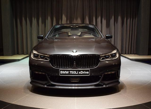 Không dừng ở đó, chiếc BMW 750Li xDrive 2016 còn được bổ sung thêm bộ body kit mới trông hầm hố hơn. Cụ thể, chiếc BMW 750Li xDrive 2016 được gắn thêm cánh gió trước 3D Design, lưới tản nhiệt hình hai quả thận màu đen M Performance...