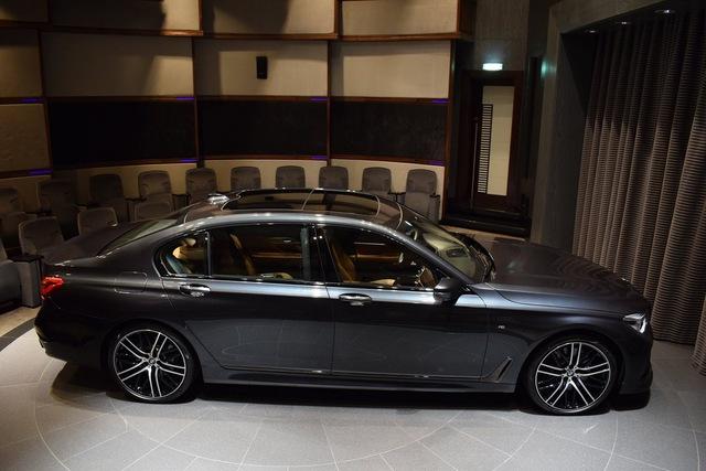 Do đó, BMW 750Li xDrive 2016 vẫn sử dụng động cơ V8, dung tích 4,4 lít, sản sinh công suất tối đa 450 mã lực và mô-men xoắn cực đại 650 Nm. Kết hợp cùng hộp số tự động 8 cấp, BMW 750Li xDrive 2016 chỉ mất 4,5 giây để tăng tốc lên 100 km/h từ vị trí xuất phát và đạt vận tốc tối đa 250 km/h dù xe nặng đến 1.990 kg.