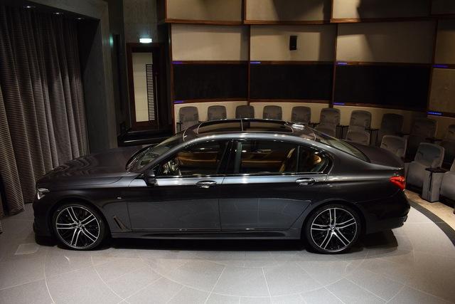 Hiện chưa rõ vì sao màu sơn này lại được đặt tên là Singapore Grey. Chỉ thấy rằng, dù trầm nhưng màu sơn xám Singapore Grey khiến chiếc BMW 750Li xDrive 2016 trông khá độc đáo.