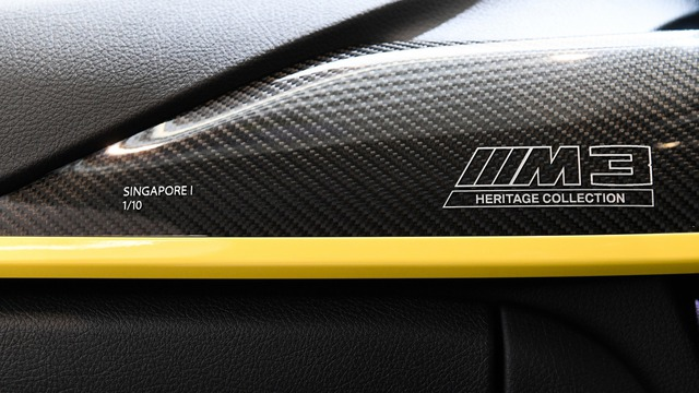 Chi tiết bằng sợi carbon khắc tên xe và số thứ tự