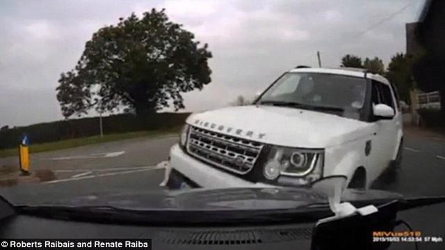 Chuyên viên dạy lái off-road của Jaguar Land Rover gây tai nạn nghiêm trọng