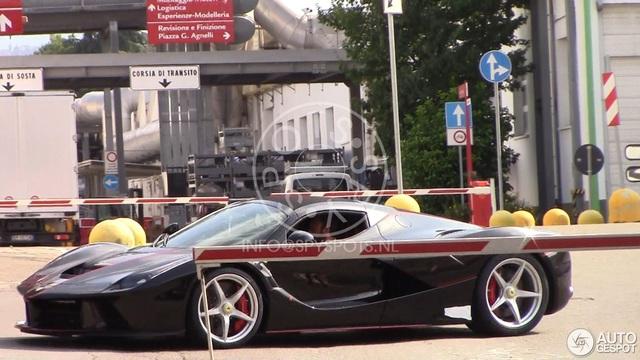 Lần đầu tiên bắt gặp Ferrari LaFerrari mui trần chạy trên đường