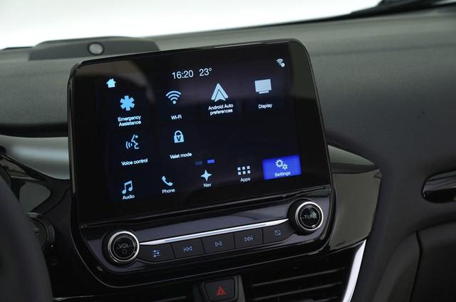 Những trang bị an toàn khác của Ford Fiesta 2017 bao gồm 6 túi khí, hỗ trợ phanh khẩn cấp, cân bằng điện tử và nhắc nhở hành khách phía sau thắt dây an toàn.