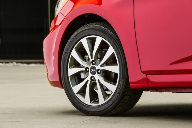 Đắt hơn phiên bản tiêu chuẩn nên Hyundai Accent Value Edition đương nhiên có nhiều trang bị hơn. Có thể kể đến bộ vành hợp kim 16 inch, phanh đĩa trên bánh sau...