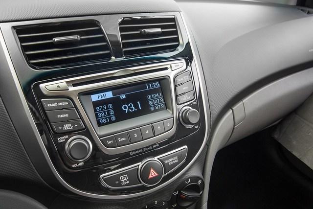 Tuy nhiên, Hyundai Accent Value Edition 2017 vẫn thiếu camera lùi. Đây là trang bị không hề có trên bất kỳ phiên bản nào của dòng Hyundai Accent, dù ở kiểu dáng sedan hay hatchback.