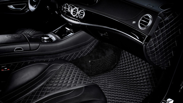 Tương tự những dự án độ trước đây, hãng Vilner tiếp tục tận dụng triệt để chất liệu da và Alcantara cho nội thất của chiếc Mercedes-AMG S63 để đáp ứng mong muốn từ phía khách hàng. Qua những hình ảnh do Vilner tung ra, có thể thấy chiếc Mercedes-AMG S63 được bọc da và Alcantara khâu hình quả trám ở khắp mọi nơi, từ thảm sàn, ghế đến trần xe.