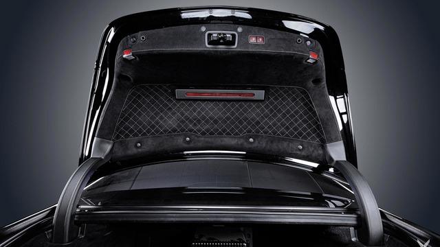 Vô lăng của chiếc Mercedes-AMG S63 là kết hợp giữa da Nappa và Alcantara. Đến cốp sau của chiếc Mercedes-AMG S63 cũng được bọc bằng chất liệu cao cấp. Trong khi đó, những chi tiết ốp gỗ nguyên bản màu đen bóng của Mercedes-AMG S63 đã bị thay mới.