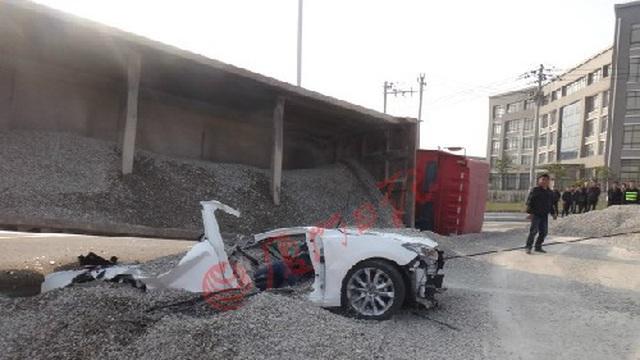 Bị đổ 50 tấn sỏi đá lên ô tô, cặp đôi nam nữ chết thảm