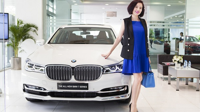 Á hậu doanh nhân Phương Lê tậu BMW 730Li mới về Việt Nam