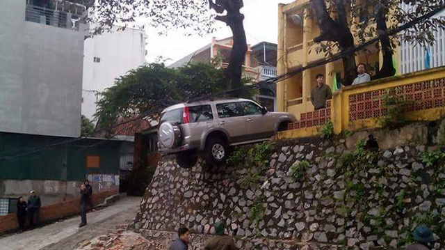 Quảng Ninh: Ford Everest nằm chênh vênh trên bờ tường