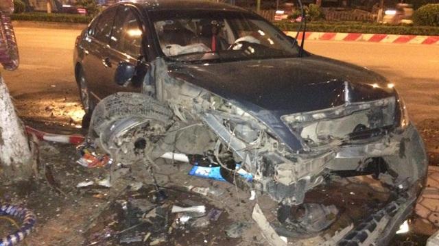 Hà Nội: Nissan Teana hư hỏng nặng vì tai nạn liên hoàn trong đêm