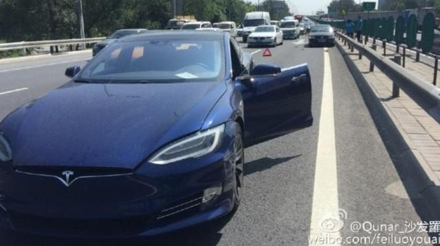 Để Tesla Model S tự lái và gây tai nạn, thanh niên đổ lỗi cho nhân viên đại lý