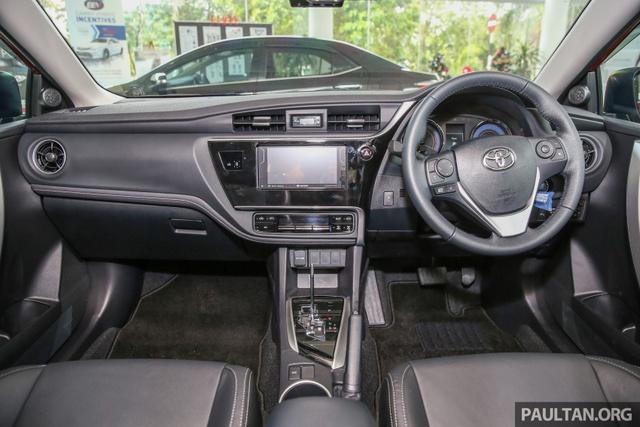 Bước vào bên trong Toyota Corolla Altis 2017, người lái sẽ được chào đón bằng bảng táp-lô thay đổi thiết kế với cửa gió điều hòa hình tròn nằm ở góc. Tiếp đến là cụm điều khiển trung tâm và phím chỉnh điều hòa mới.