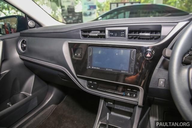 Riêng bản 2.0V được bổ sung đèn pha dạng LED, vành hợp kim 17 inch, ghế thể thao, ghế lái chỉnh điện 8 hướng, gương chiếu hậu chống chói, hệ thống kiểm soát hành trình và lẫy chuyển số thể thao trên vô lăng.