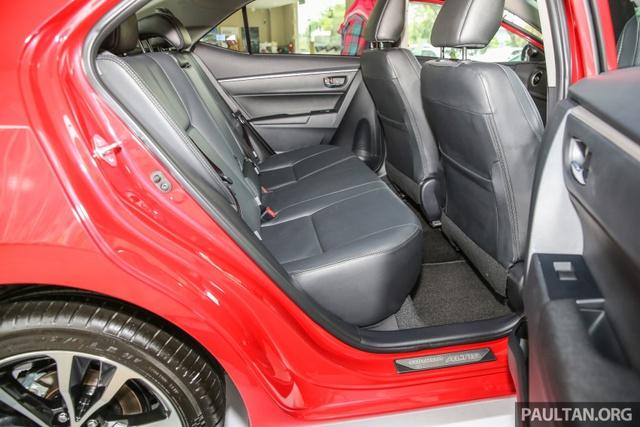 Về an toàn, Toyota Corolla Altis 2017 tại Malaysia có 7 túi khí, hệ thống chống bó cứng phanh ABS, phân bổ lực phanh điện tử EBD, trợ lực phanh và cân bằng điện tử. So với trước, các tính năng an toàn của Toyota Corolla Altis 2017 đã được nâng cấp đáng kể.