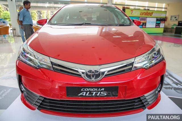 Tại thị trường Malaysia, Toyota Corolla Altis 2017 được chia thành 3 bản trang bị khác nhau là 1.8E, 1.8G và 2.0V. Giá bán tương ứng của 3 bản trang bị này là 120.900 RM (616 triệu Đồng), 123.900 RM (631 triệu Đồng) và 138.900 RM (707 triệu Đồng). Như vậy, so với xe ở Thái Lan, Toyota Corolla Altis 2017 tại Malaysia đắt hơn đáng kể.