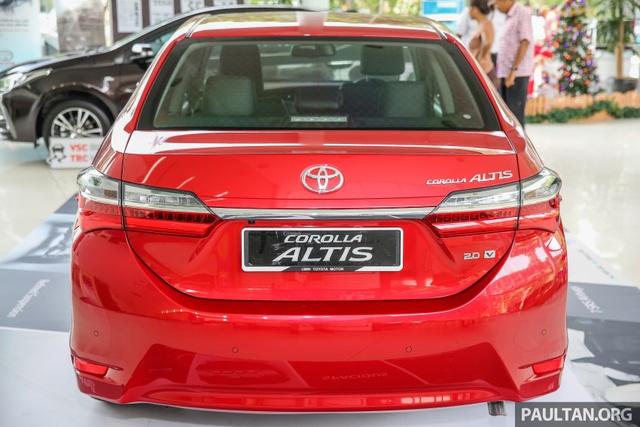 Trong khi đó, ở đằng sau Toyota Corolla Altis 2017 có cụm đèn hậu mới và dải crôm nối ở giữa thanh mảnh hơn.