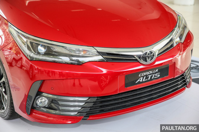 Về thiết kế ngoại thất, Toyota Corolla Altis 2017 đi kèm phần đầu xe mới với cụm đèn pha khác biệt và lưới tản nhiệt thanh mảnh hơn. Trên lưới tản nhiệt có thanh crôm dày dặn hơn, nối liền với đèn pha và có logo hãng Toyota ở giữa. Chưa hết, Toyota Corolla Altis 2017 còn được trang bị cản va trước mới và hốc gió rộng hơn, mang đến vẻ hầm hố.