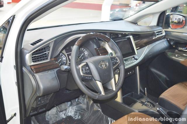 Ngoài ra, Toyota Innova Crysta tại Trung Đông còn có bộ vành hợp kim 17 inch, màn hình màu TFT đa thông tin 4,2 inch trên cụm đồng hồ, hệ thống đèn viền nội thất màu xanh nhạt, hệ thống đa phương tiện DVD/USD/AUX/Bluetooth với màn hình 7 inch, camera lùi, cảm biến đỗ xe, bàn gấp và ổ điện 12 V cho hàng ghế thứ hai cùng 3 túi khí tiêu chuẩn.
