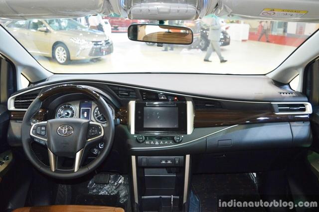 Trong khi đó, Toyota Innova thế hệ mới tại Việt Nam sử dụng động cơ xăng 4 xy-lanh, hút khí tự nhiên, dung tích 2.0 lít với công suất tối đa 139 mã lực tại vòng tua máy 5.600 vòng/phút và mô-men xoắn cực đại 183 Nm tại vòng tua máy 4.000 vòng/phút. Sức mạnh được truyền tới bánh thông qua hộp số sàn 5 cấp hoặc tự động 6 cấp.