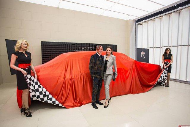 Thông tin về việc tỷ phú Hồng Kông, ông Stephan Hung, đặt mua một lúc 30 chiếc xe siêu sang Rolls-Royce Phantom đã được công bố vào hồi tháng 9/2014. Mãi đến triển lãm Geneva 2016 diễn ra tại Thụy Sỹ vừa qua, hãng Rolls-Royce mới chính thức giao chiếc xe đầu tiên cho tỷ phú xứ Hương Cảng.