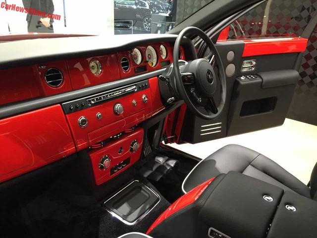 Màu đỏ Stephan Red cũng xuất hiện bên trong xe, trên những chi tiết như bảng táp-lô và cửa.
