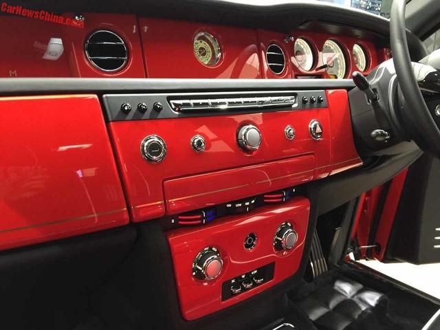 Chưa hết, Rolls-Royce Phantom Louis XIII Special Edition còn được trang bị đồng hồ thiết kế riêng do hãng Graff Luxury Watches sản xuất. Bên cạnh đó là tựa đầu ghế có thêu dòng chữ Louis XIII, trần xe dạng bầu trời sao và cụm đồng hồ độc đáo.