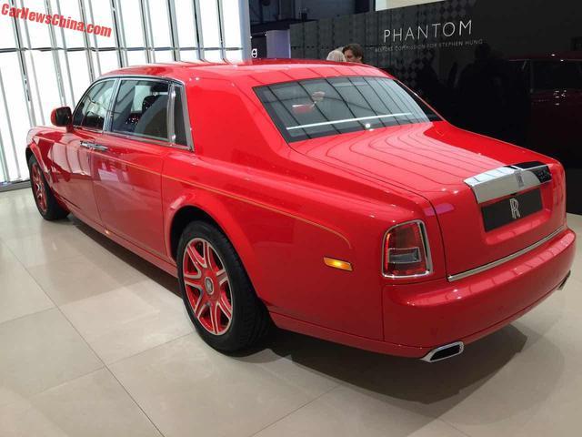 Ngoài ra, Rolls-Royce Phantom Louis XIII Special Edition còn đi kèm bộ vành 21 inch 7 chấu được sơn hai màu tông xuyệt tông với thân xe. bên cạnh đó là đường coachline bằng vàng 24K.