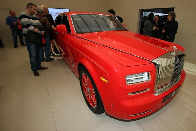 Toàn bộ 30 chiếc xe đều được chế tạo theo phương pháp thủ công dựa trên Rolls-Royce Phantom trục cơ sở dài và có màu sơn đỏ rực rỡ. Đặc biệt, màu sơn đỏ ngoại thất được gọi theo tên của tỷ phú Hồng Kông là Stephen Red.