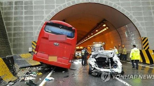Xe buýt đâm 6 ô tô con, 4 người chết, 37 người bị thương
