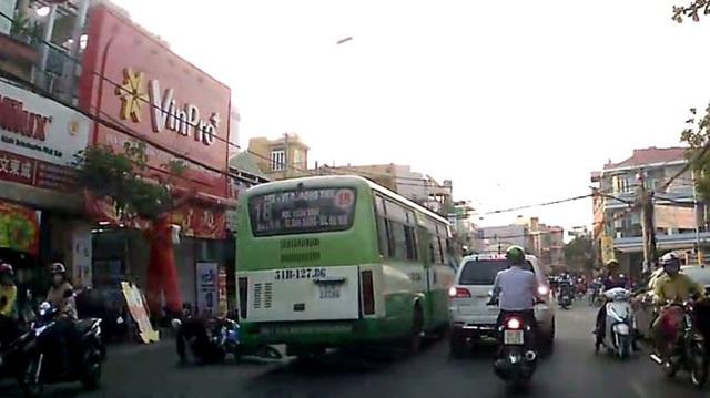 Sài Gòn: Xe buýt chạy lấn làn, gây tai nạn cho nhà sư