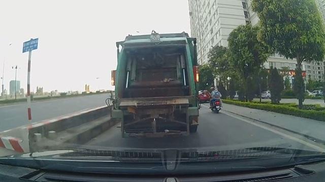 Hà Nội: Xe rác lùi ẩu, suýt húc vào đầu ô tô con