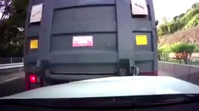 Mâu thuẫn trên đường, người lái xe tải lùi thẳng vào đầu Mercedes-Benz E-Class