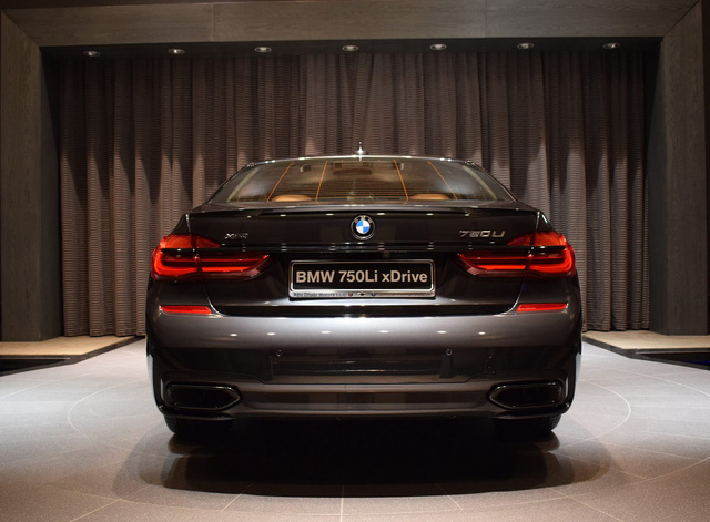 Hiện chiếc BMW 750Li xDrive 2016 này đang được trưng bày tại showroom của BMW Abu Dhabi. Đây là đại lý nổi tiếng toàn thế giới nhờ những chiếc BMW được sơn màu đặc biệt. Trước đó, đại lý này từng gây ấn tượng với những chiếc xe như BMW i8 màu trắng-xanh cốm, i8 đỏ nham thạch thửa riêng cho Công chúa Abu Dhabi, M4 Coupe màu xanh lục Java Green trị giá 5.000 USD hoặc 760Li màu tím chạng vạng.
