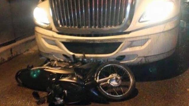 Tông chết người, xe container bỏ chạy, kéo lê xe máy trên xa lộ Hà Nội