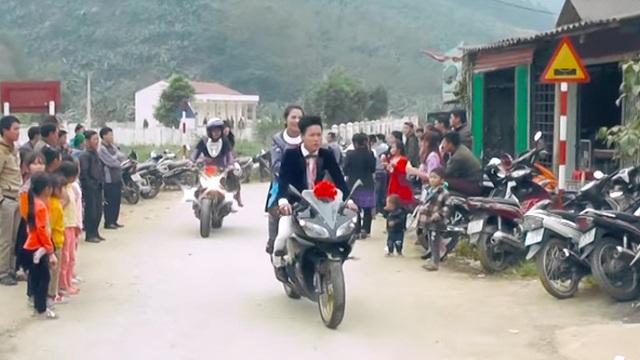 """Dàn mô tô """"khủng"""" tham gia rước dâu của người dân tộc H'Mông"""