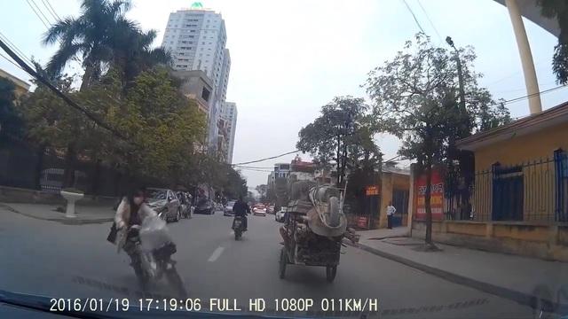 Thiếu nữ đi xe đạp điện mất lái, lao vào đầu ô tô