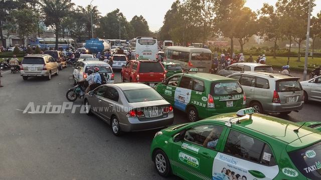 Hàng nghìn người đổ về bến xe Miền Đông, giao thông ùn ứ nặng