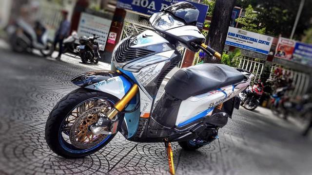 Sở hữu nhiều mẫu mô tô khủng như BMW S1000RR, Honda Valkyrie Rune 1800 hay Kawasaki Z1000, Châu Lâm Dương là một biker có tiếng tại Sài thành. Ngoài mô tô phân khối lớn, biker này còn rất mê độ những chiếc xe máy như Yamaha Exciter 150 hay mới đây nhất là Honda SH150i đời 2011.