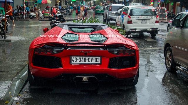 Bắt gặp Lamborghini Aventador mui trần tắm mưa tại Sài thành