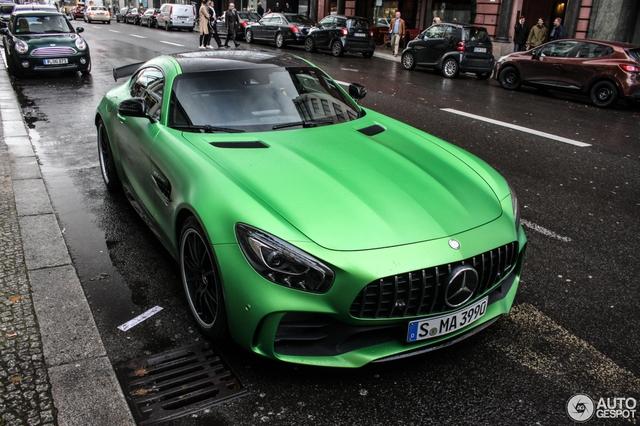 Sau 5 tháng ra mắt các khách hàng trên toàn thế giới, những chiếc Mercedes-AMG GT R bắt đầu bị bắt gặp xuất hiện trên phố. Chiếc đầu tiên đã lọt vào ống kính máy ảnh khi đang lăn bánh tại thành phố Berlin, Đức.