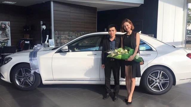 Jennifer Phạm chụp ảnh cùng chiếc Mercedes S400 màu trắng muốt mới mua vào hồi tháng 6 năm nay.