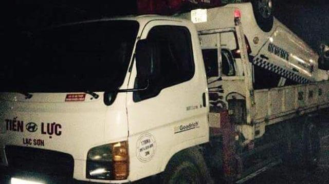 Taxi chở khách lao xuống suối giữa đêm khiến 3 người thương vong