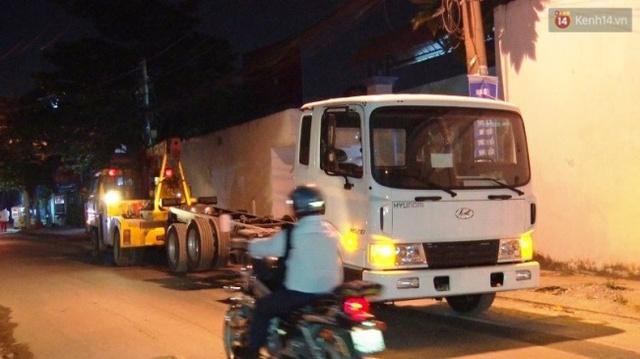 Chiếc xe cứu hộ kéo theo một đầu xe tải khác