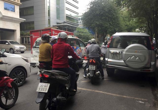 Kiểu dừng đỗ xe ô tô nhức mắt giữa Sài Gòn - Ảnh 1.