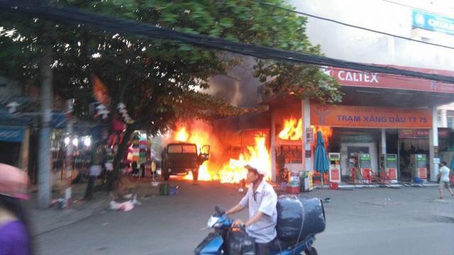 Hiện trường vụ cháy cây xăng ở Sài Gòn khiến hàng chục xe máy bị thiêu rụi - Ảnh 2.